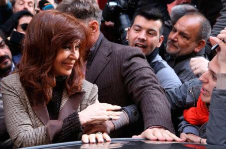 """CFK autorizó los allanamientos para frenar con """"el show mediático"""" de Bonadío"""