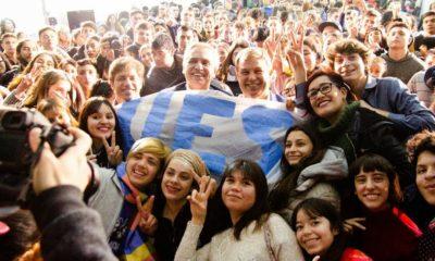 Alberto y Axel en Almirante Brown con 500 estudiantes secundarios participación política de los jóvenes