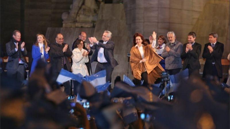 Alberto y Cristina en el Monumento de la Bandera en Rosario: cerraron la campaña acompañados con el grueso de los gobernadores