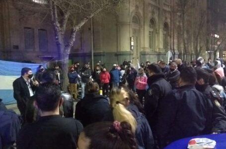 Por tercera noche, continuó la protesta policial también en Bahía Blanca