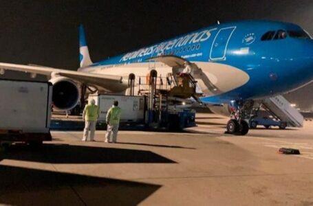 Llegó el avión de Aerolíneas con casi un millón de las vacunas Sinopharm