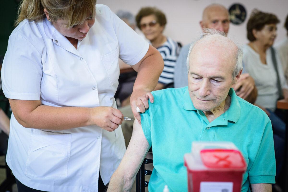 Comenzó la vacunación de mayores de 70 años en Provincia: ¿Cómo será el plan?