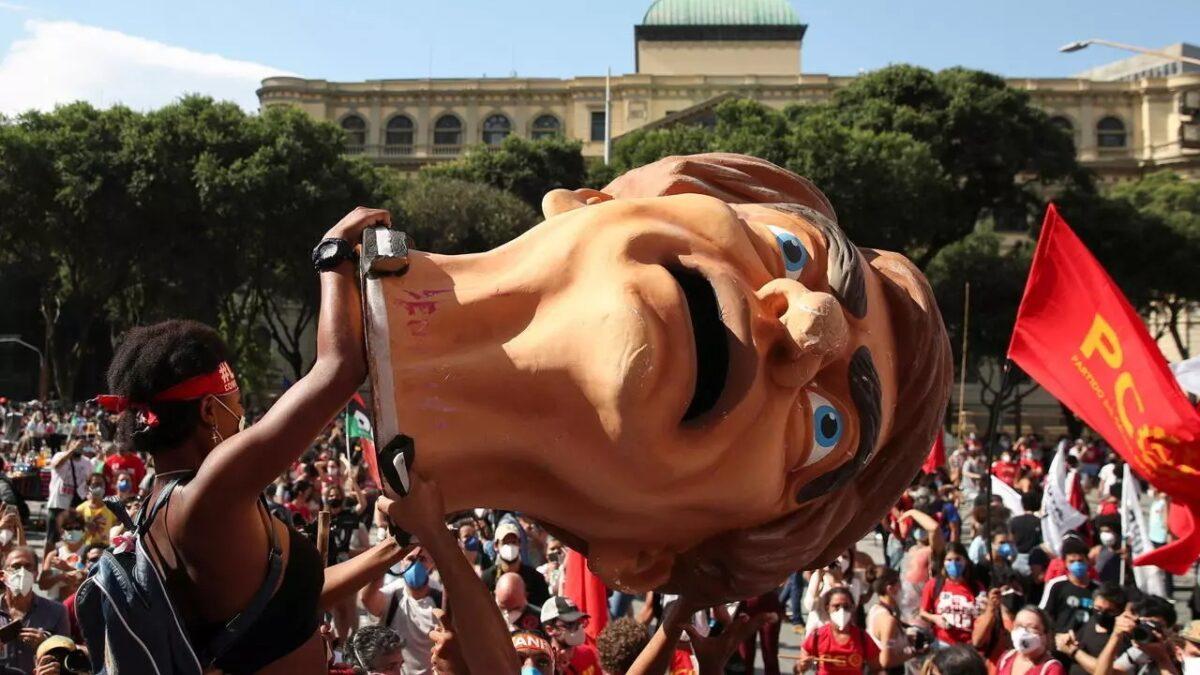 Bolsonaro en su peor momento: imagen por los suelos y protestas opositoras
